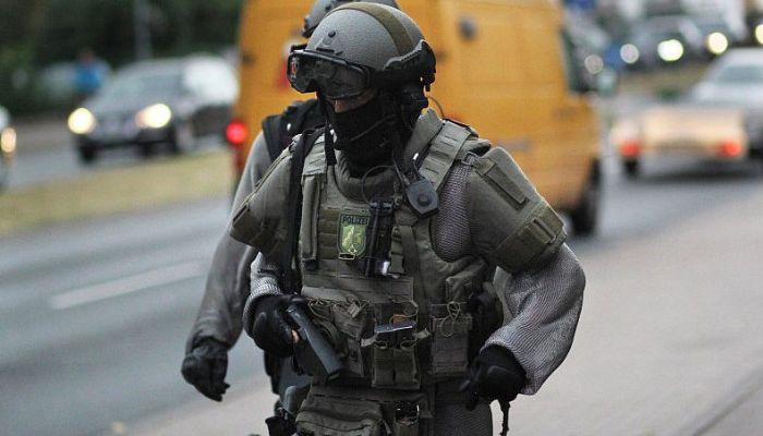 German Special Forces Now Wearing Chainmail Armor (2 pics)