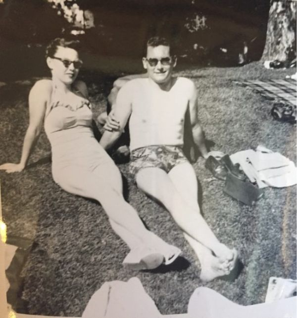 Woman Finds Creepy Old Photo Of Her Parents (2 pics)