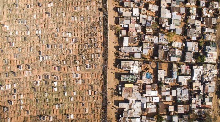 Slum Border Shows Culture Contrast (10 pics)