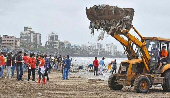 People Removed Five Thousand Tons Of Waste From A Beach In India (5 pics)