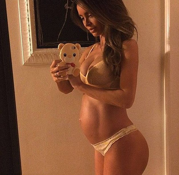 It's Hard To Believe This Mom Is Five Months Pregnant (4 pics)