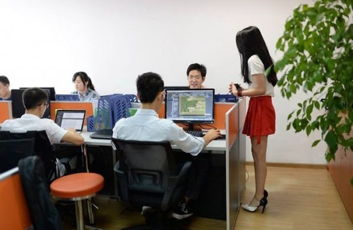 Chinese Companies Are Hiring Sexy Programming Cheerleaders (5 pics)