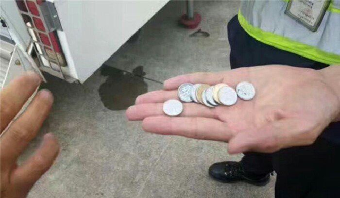 Plane Delayed For Hours After Elderly Woman Throws Coins Into The Engine (3 pics)