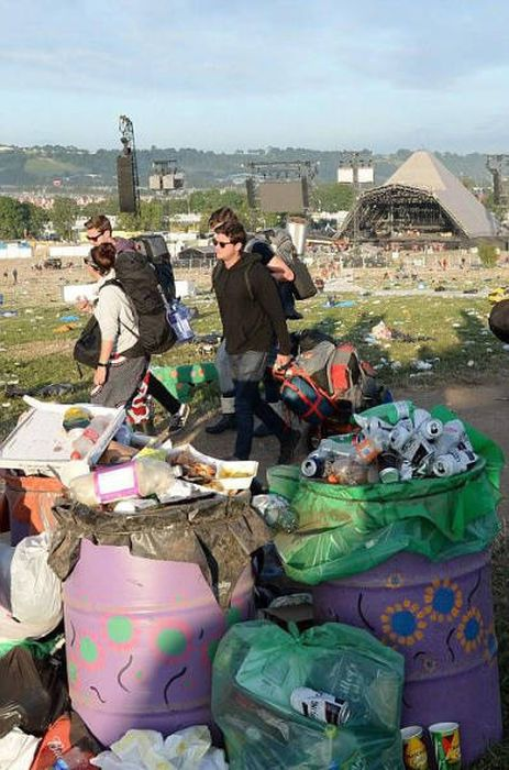 Glastonbury Fans Have Left Tons Of Trash Behind Themselves (21 pics)