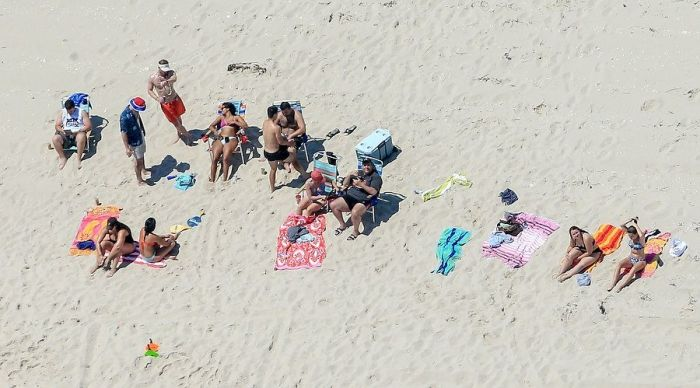 Governor Of New Jersey Hangs Out On Beach After Closing It (4 pics)