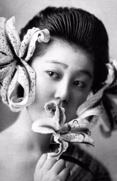 Authentic Photos Of Geishas Without Their Kimono (15 pics)