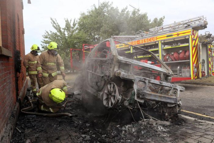 Electric Car Goes Up In Flames Outside The Office (5 pics)