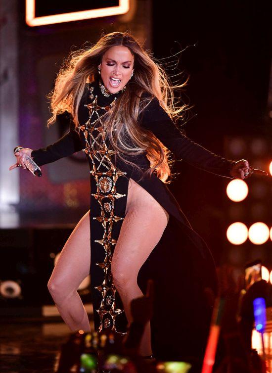 Jennifer Lopez Sings Her Heart Out In Revealing Dress (3 pics)