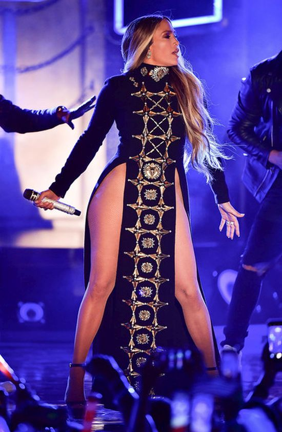 Jennifer Lopez Sings Her Heart Out In Revealing Dress (3 pics)