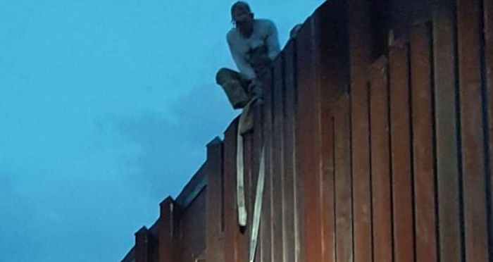 Mexican Woman Rescued After Left Dangling On The Border Wall (2 pics)