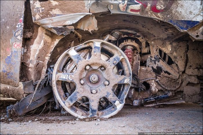This Car Traveled 70 Kilometers On Only 3 Wheels (12 pics)