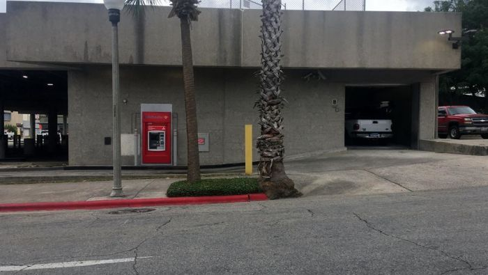 Man Trapped In ATM Uses Notes To Beg For Help (2 pics)