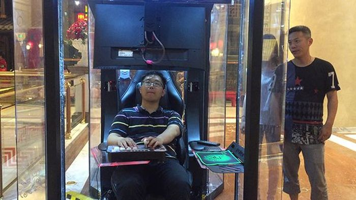 Shopping Center In China Now Has Booths For Men (3 pics)