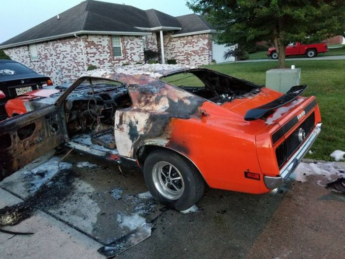 Vandals Completely Destroy A Gorgeous Mustang (6 pics)