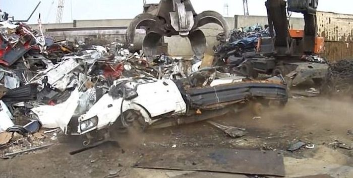 Court Of London Destroys Trucks After Violator Drops Garbage On The Road (5 pics)