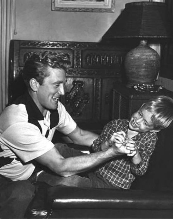 Kirk Douglas Is The Last Living Actor From Hollywood's Golden Age (23 pics)