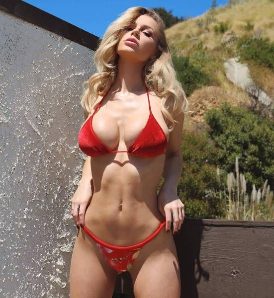 Babe beach bikini model pic