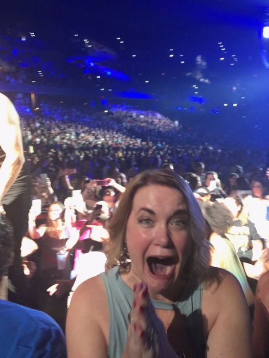 Woman Loses It When She Sees Her Favorite Boy Band (4 pics)