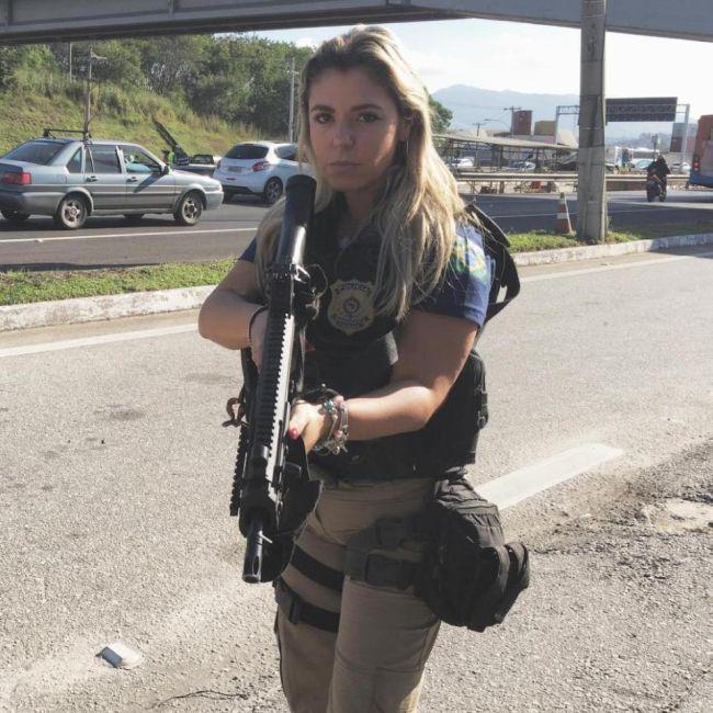 Brazil's Hottest Cop Looks Drop Dead Gorgeous In Swimwear (9 pics)