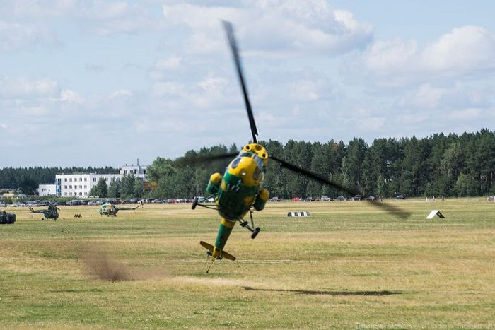 Helicopter Has A Very Rough Landing (2 pics)