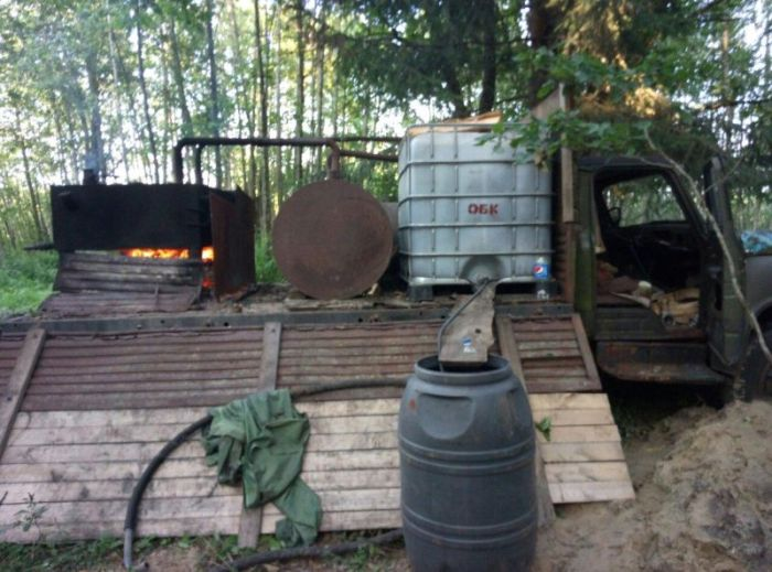 Mobile Moonshine Device Found In Russia (4 pics)