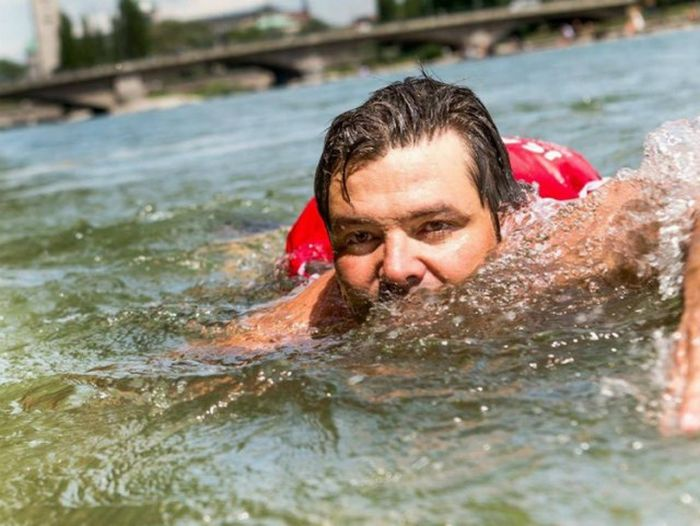 German Man Swims To Work To Avoid Traffic Jams (5 pics)