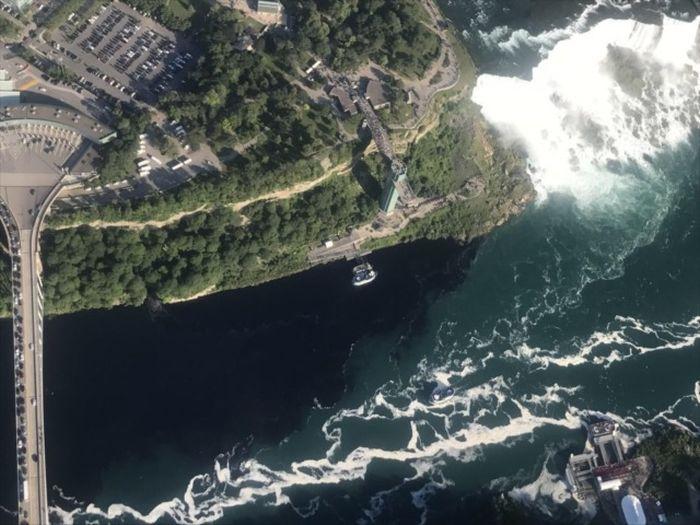 Water At Niagara Falls Turns Black (5 pics)