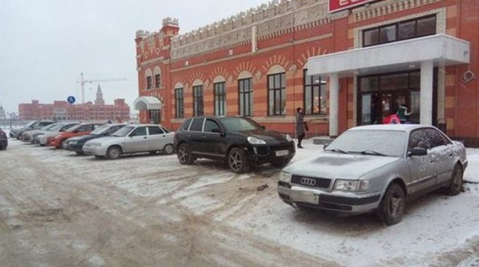 The Wrong Way To Park In Winter And Summer (2 pics)