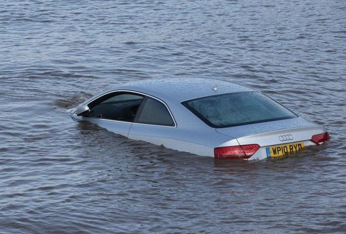 The Insidious Tide Can Swallow Cars Whole (7 pics)