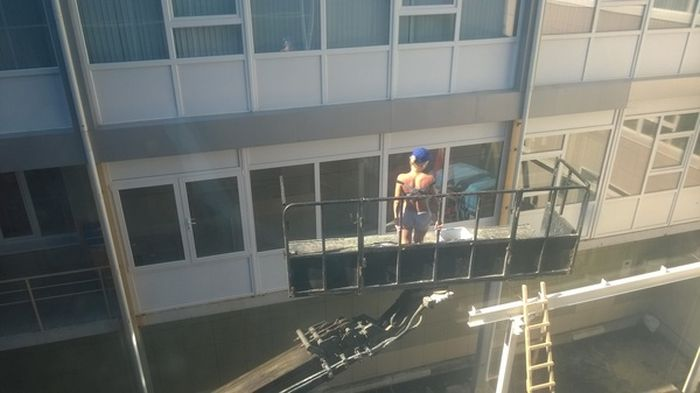 This Is Who Everyone Wants To See Washing Their Windows (2 pics)