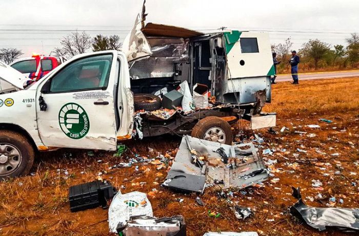 Money Rains From The Skies After Criminals Attack Armored Car (4 pics)