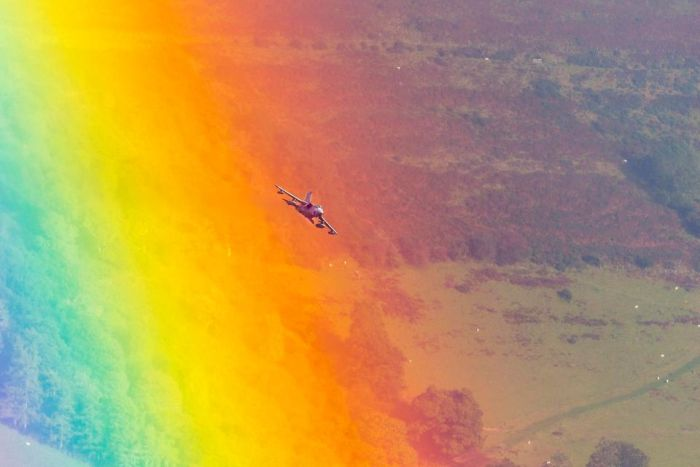 Incredible Photo Captures Jet Flying Through A Rainbow (2 pics)