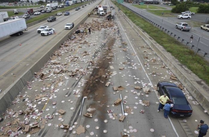 Truck Full Of Frozen Pizzas Shuts Down A Highway In Arkansas (2 pics + video)