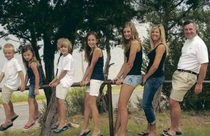 The Most Awkward Family Photos Ever Discovered (22 pics)