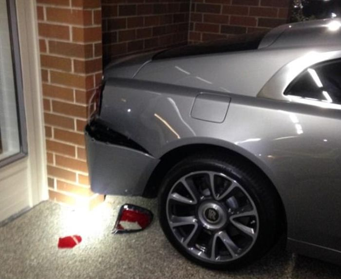 Driver Arrested After Damaging A Bentley And A Rolls Royce (3 pics)