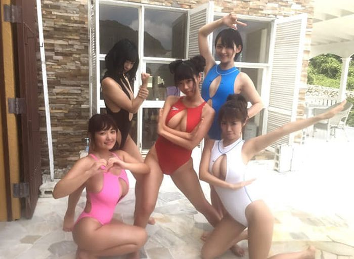 Wide Spaced Cleavage Is Now The Hottest Trend In Japan (7 pics)