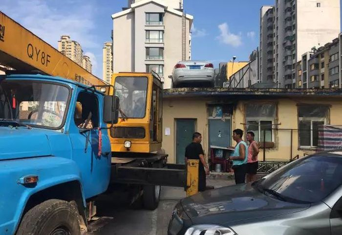 Lady Finds Car On Roof After Refusing To Pay For Parking (4 pics)
