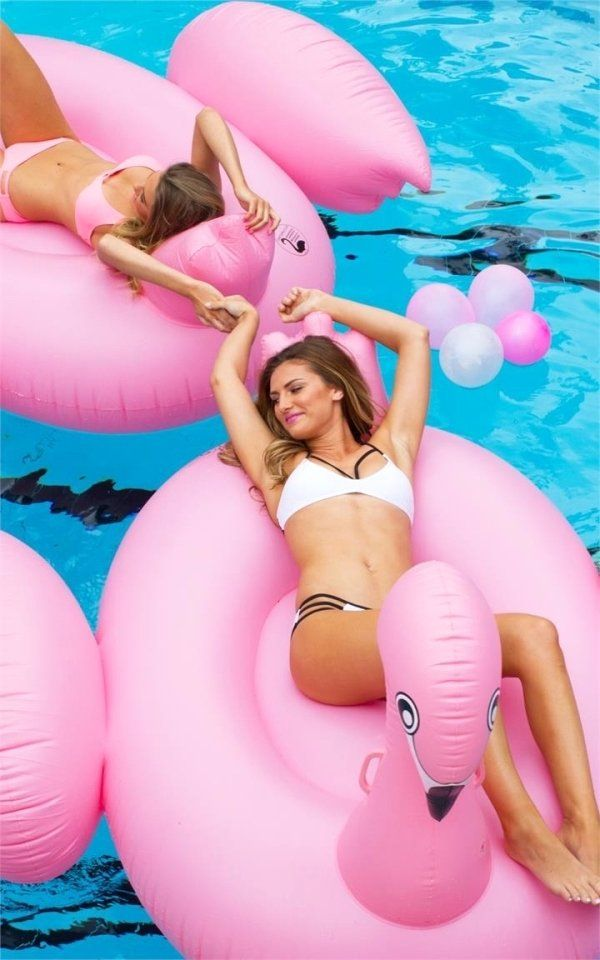 Pool Floaties Have Never Looked So Hot (25 pics)