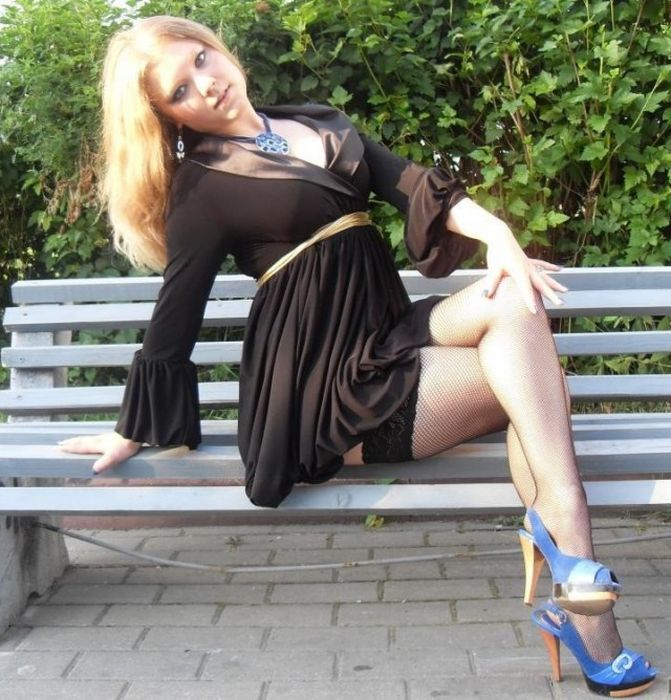 Sexy Girls Doing Things That Sexy Girls Do (32 pics)
