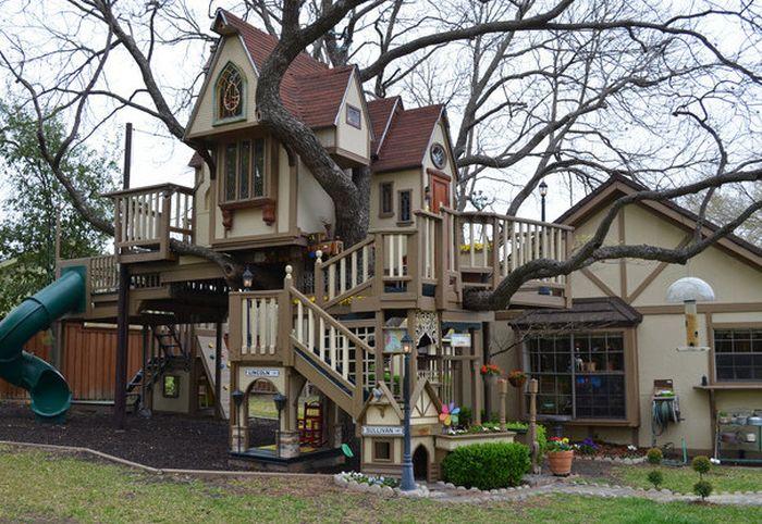 Incredible Custom Home For Grandchildren (10 pics)