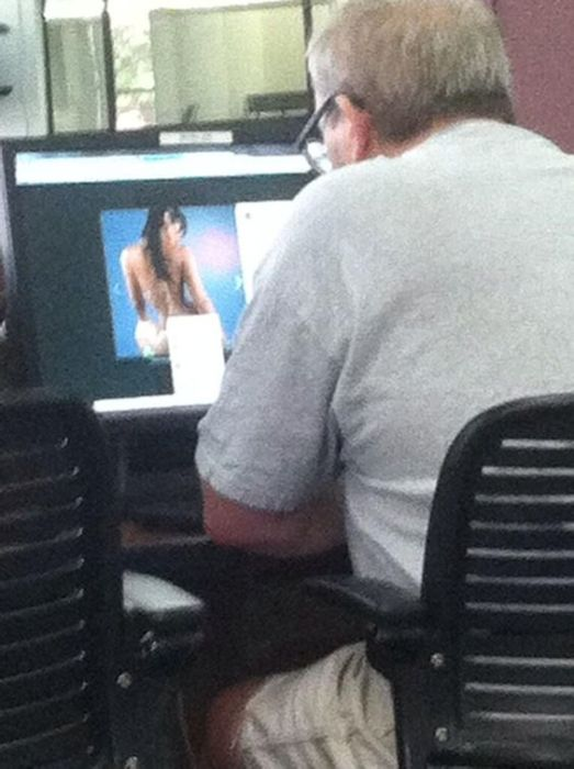 People Caught Looking At Porn In Public 20 Pics-4792