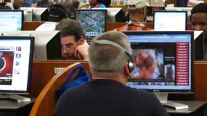 People Caught Looking At Porn In Public (20 pics)