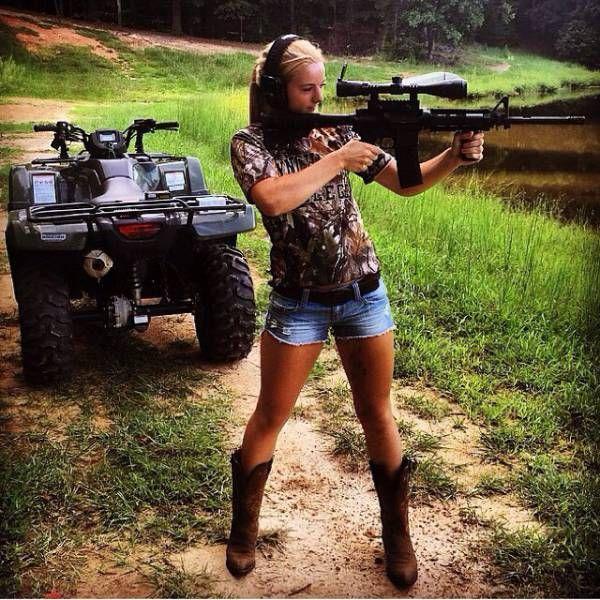 Hot Girls Holding Big Guns (31 pics)
