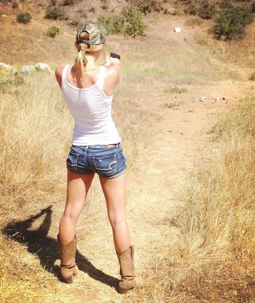 Hot Girls Holding Big Guns 31 Pics-7127