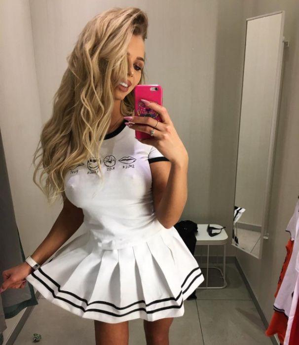 Girls in Tight Dresses (43 pics)