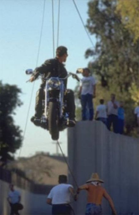 "Behind-The-Scenes Shots From ""Terminator 2""  (39 pics)"