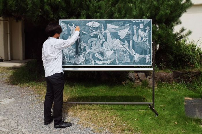 Japanese Teacher Surprises His Students With His Stunning Chalkboard Art (12 pics)