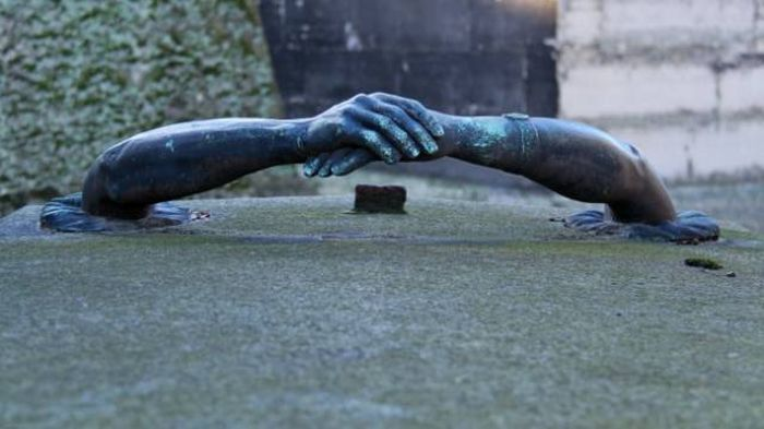 Scary and Strange Statues (28 pics)
