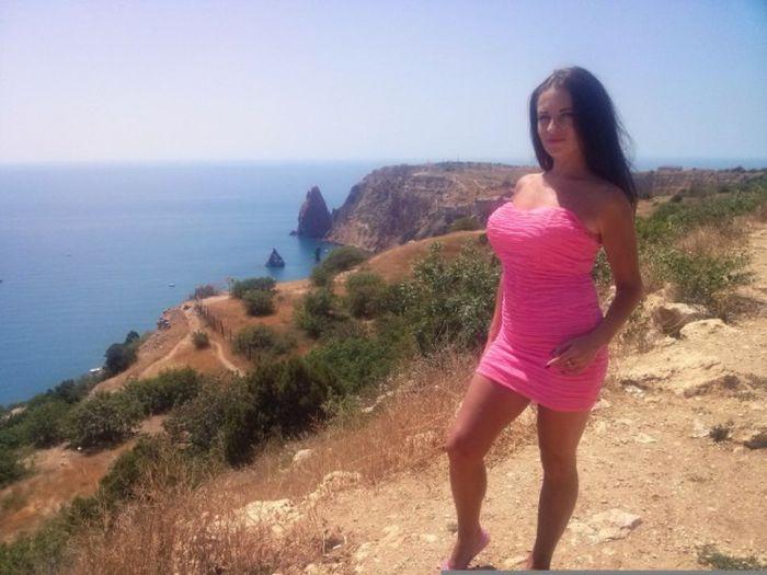 Hot Girls In Short Dresses (41 pics)