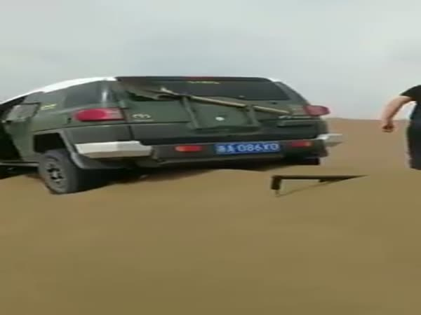 Toyota FJ Cruiser Stuck in The Sand Dunes Gets Out Using a Genius Method